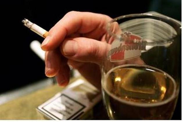 Курение и употребление в неположенных местах алкоголя в ОАЭ серьезно наказуемо. Для курения отведены специальные зоны, а распитие алкоголя возможно только в специальных заведениях и дома