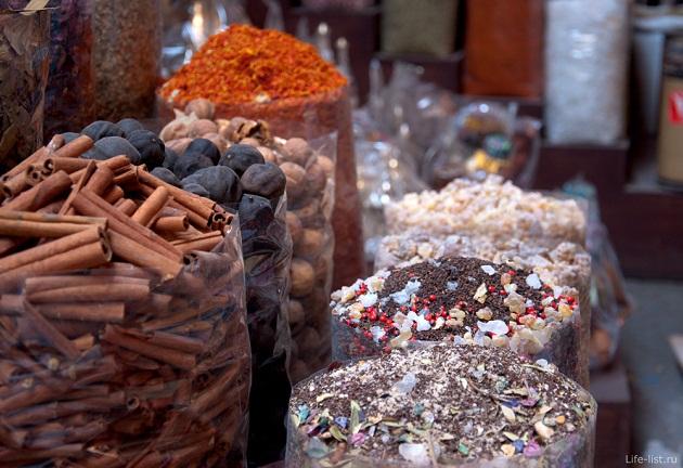 При приготовление арабской пищи используется большое количество специй, поэтому будьте осмотрительны, ведь наши желудки не привычны к такого рода пище