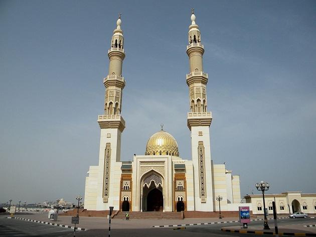 Одна из крупных мечетей в Шардже. Мечети это не только религиозные, но и очень красивые архитектурные строения