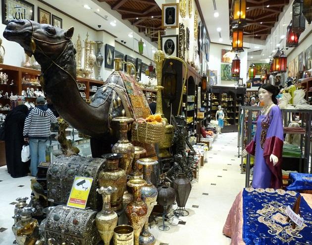 Один из множества сувенирных магазинов в ОАЭ