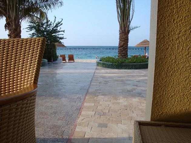 Выход на пляж со стороны кафе в Шарджинском Женском Клубе