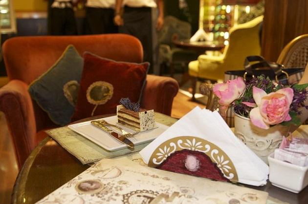 В ОАЭ очень любят проводить время в не дома. Поэтому в любое время различные кафешки и ресторанчики полны посетителей