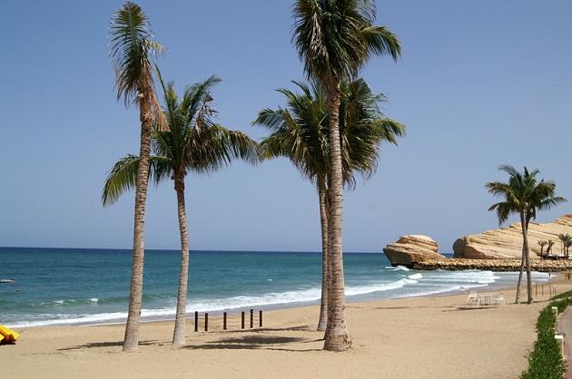 С сентября по май самое лучше время, чтобы позагорать и покупаться на одном из таких пляжей в ОАЭ