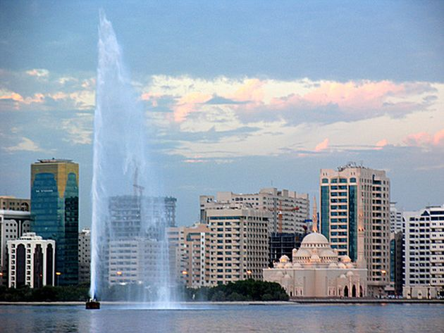 Шарджа соседка Дубая и Аджимана, и ритм жизни в этом Эмирате представляет что-то среднее между бурным Дубаем и значительно более спокойным Аджиманом
