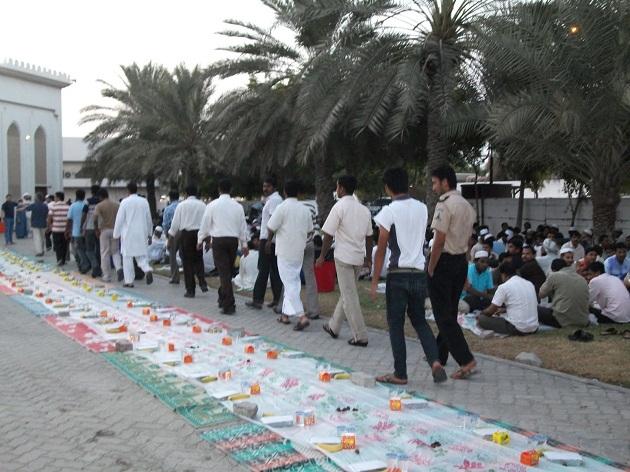 С заходом Солнца, наступает время Ифтара, на это время крупные организации и люди накрывают шатры где бесплатно раздают еду