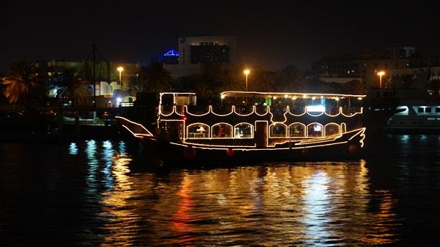 Отправтесь в водное путешествие по ночному Дубаю на традиционном кораблике Дау.
