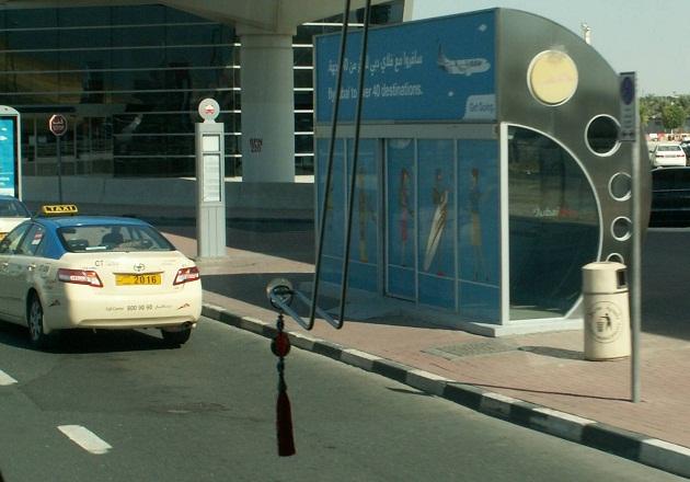 Кондиционированная втобусная остановка и такси в Дубае